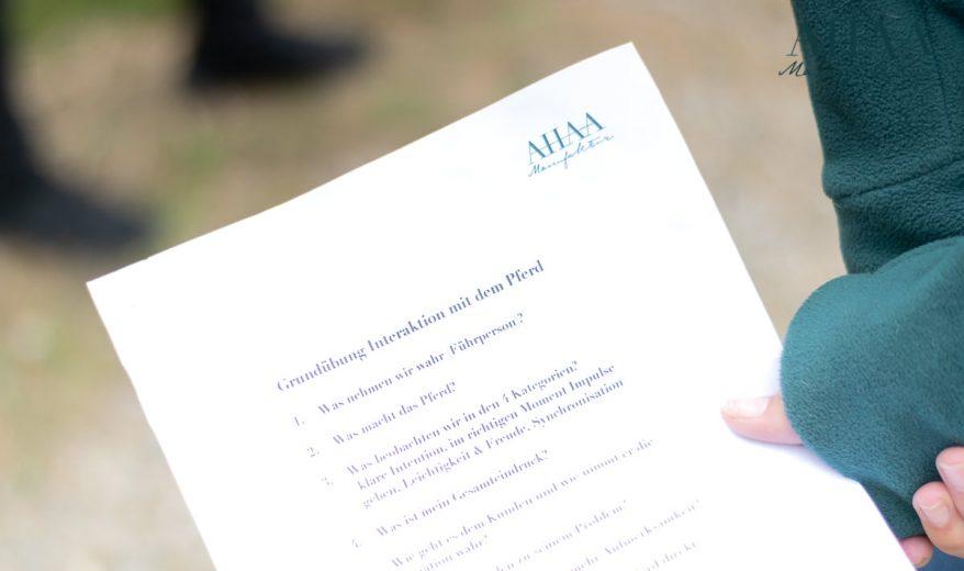 Hand hält Handout der AHAA Manufaktur