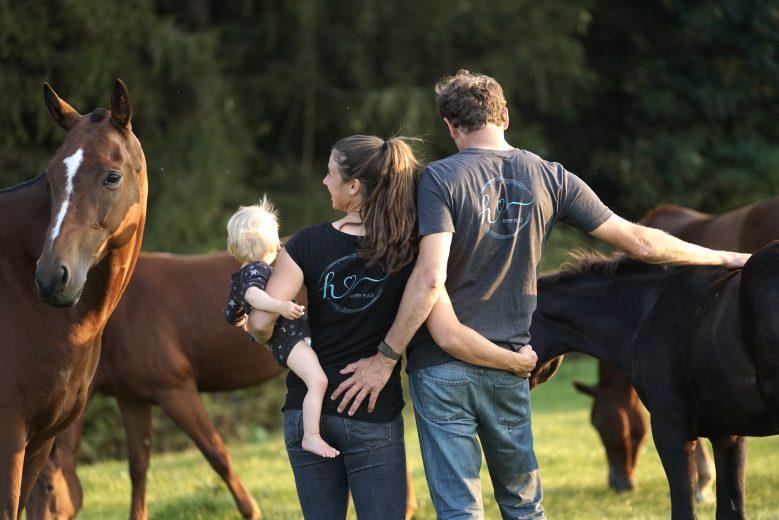 Familie Falch inmitten einer Pferdeherde