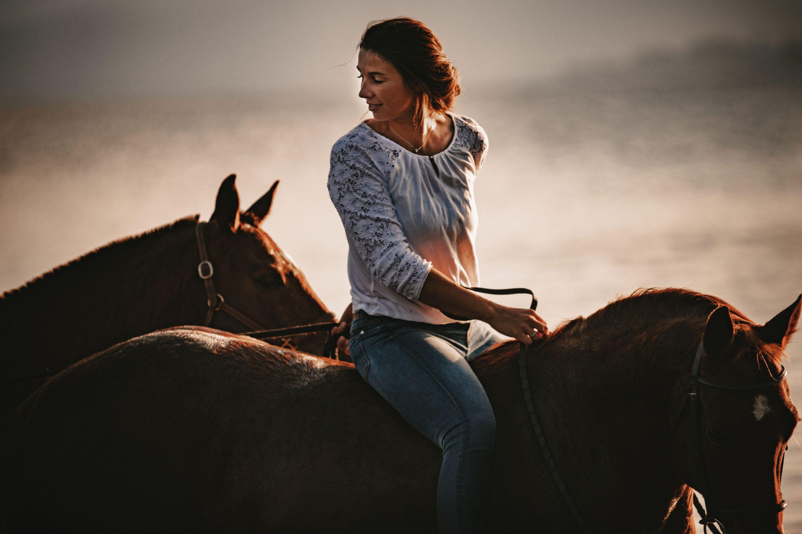 Catharina Falch ohen Sattel auf einem Pferd mit Handpferd