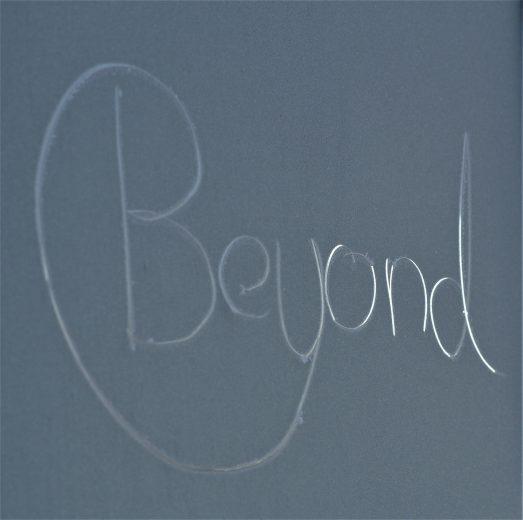 Beyond Schriftzug auf gefrorenem Glas