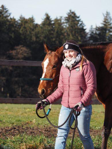 Glückliches Mädchen mit Pferd